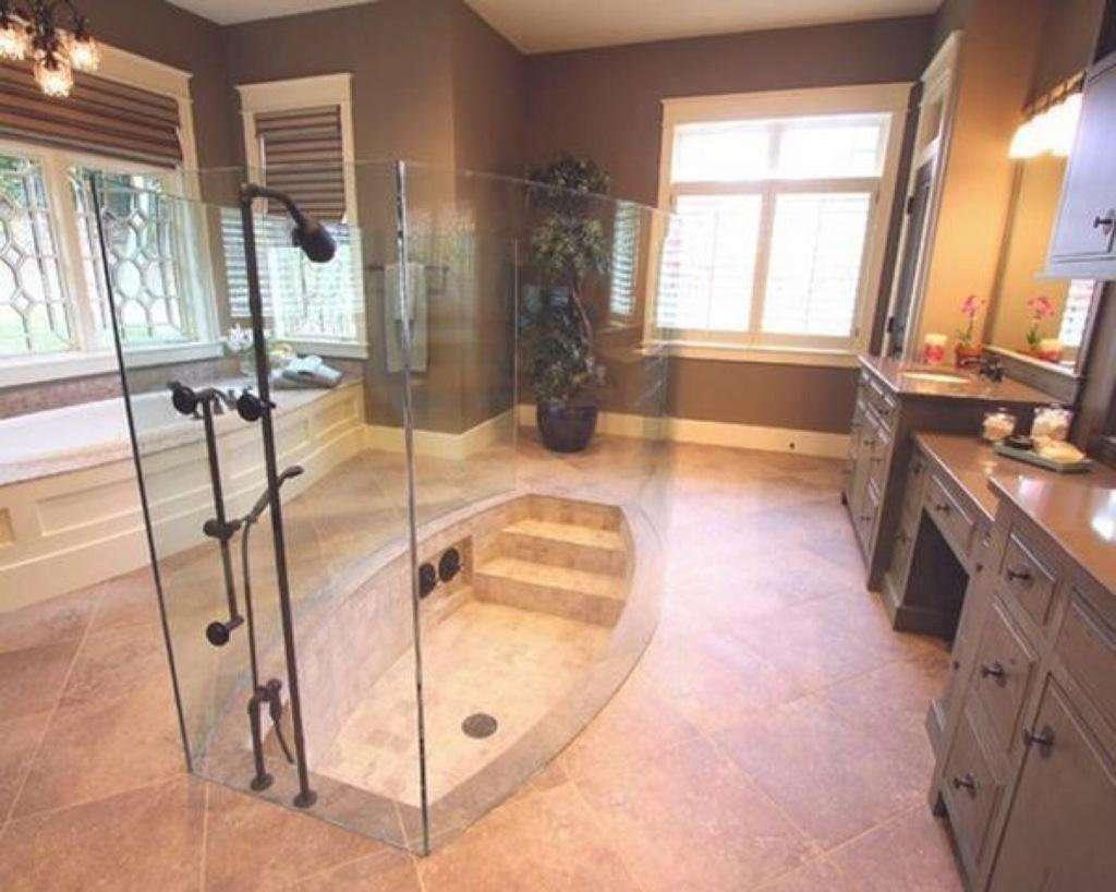 Douche à l'italienne avec escalier et baignoire