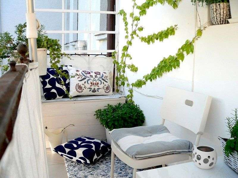 d coration balcon banc bois blanc chaise coussins brise vue super d co. Black Bedroom Furniture Sets. Home Design Ideas