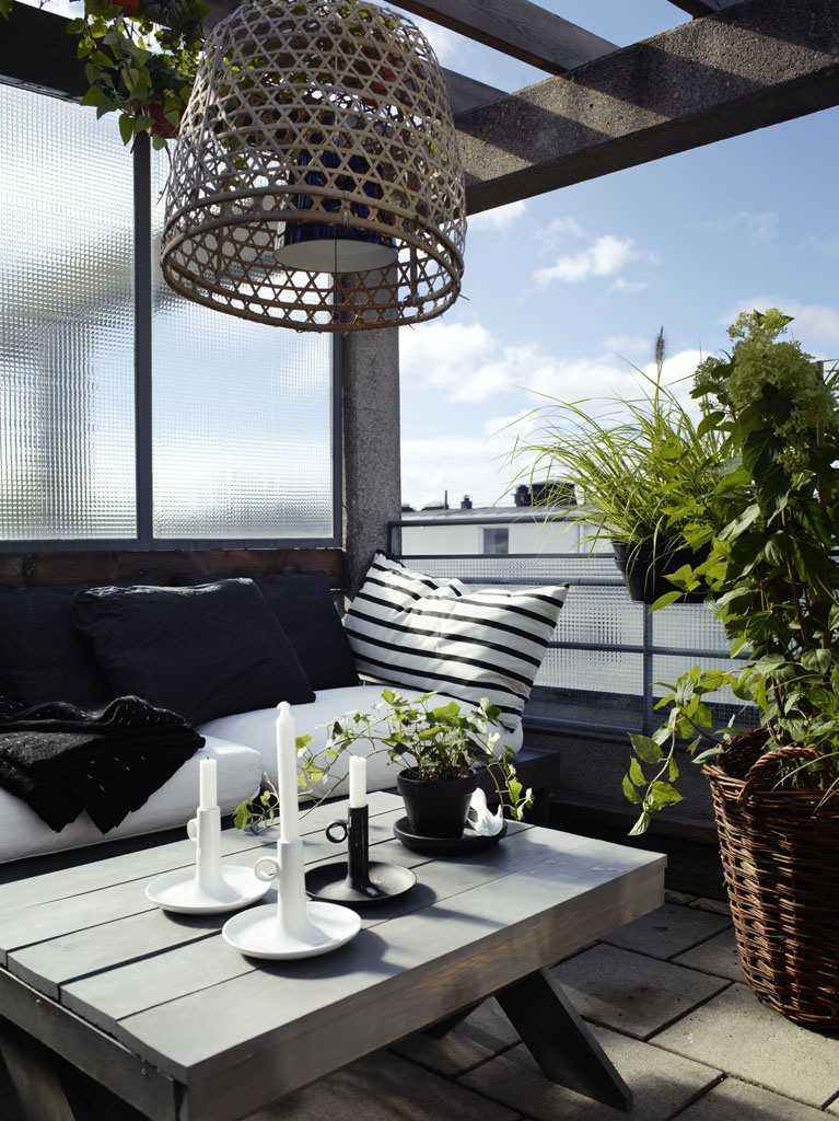 Décoration-Balcon-Blanc-Noir-Bougeoirs-Coussin-Rayé-Table-Bois