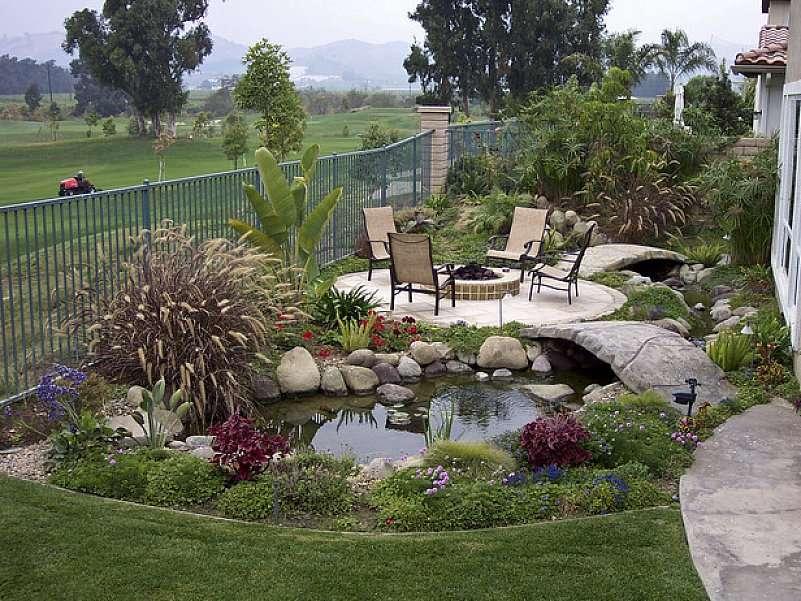 Petit jardin paysagé avec une mare
