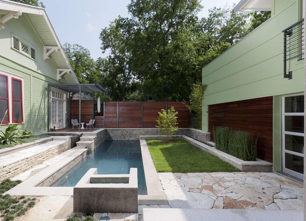 Petit jardin avec piscine et spa