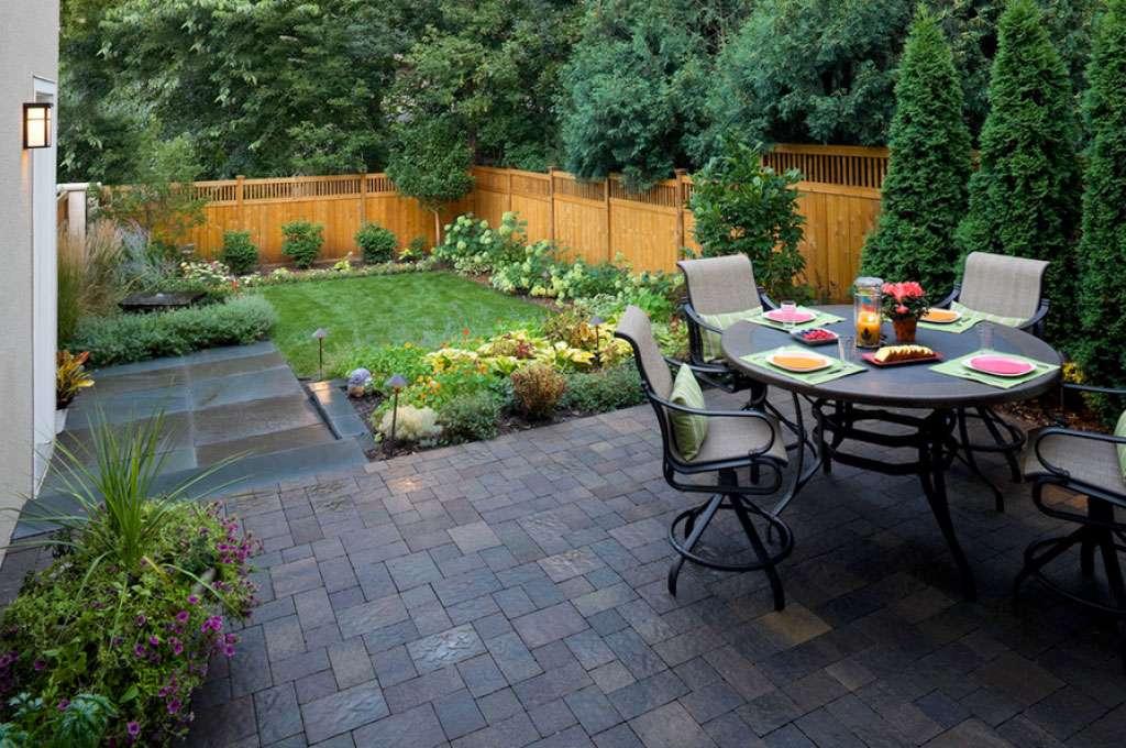Petit jardin avec table, chaises et verdure