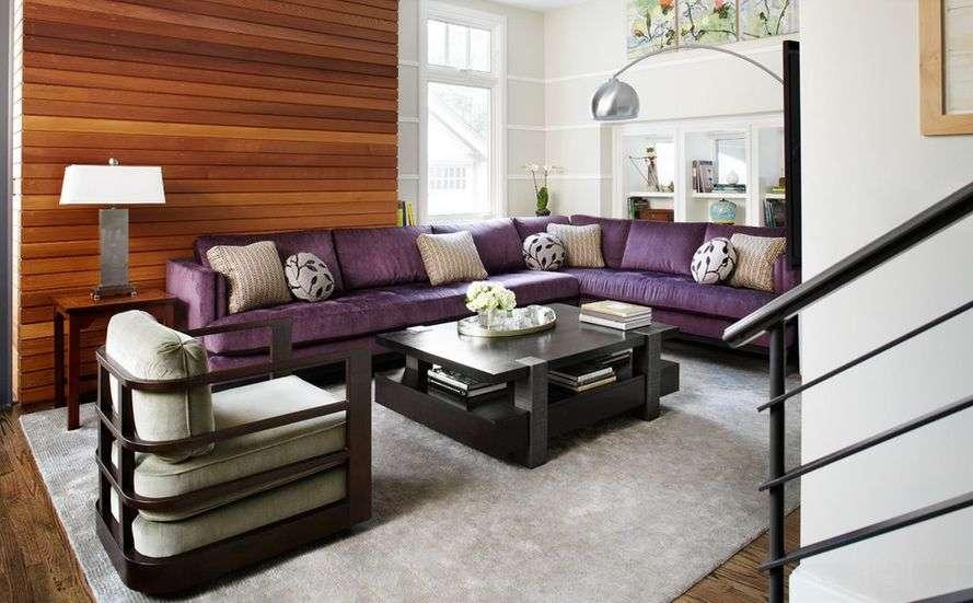 Salon couleur prune avec du bois - Super Déco