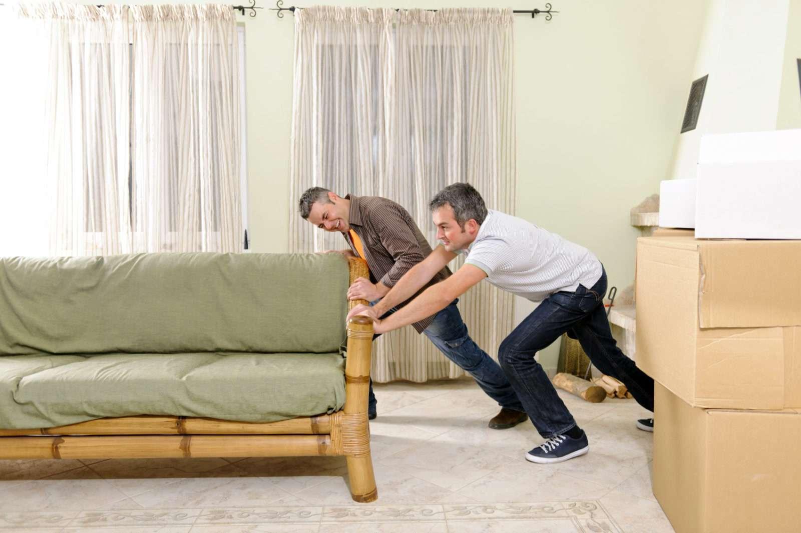 Pousser un meuble pendant un déménagement