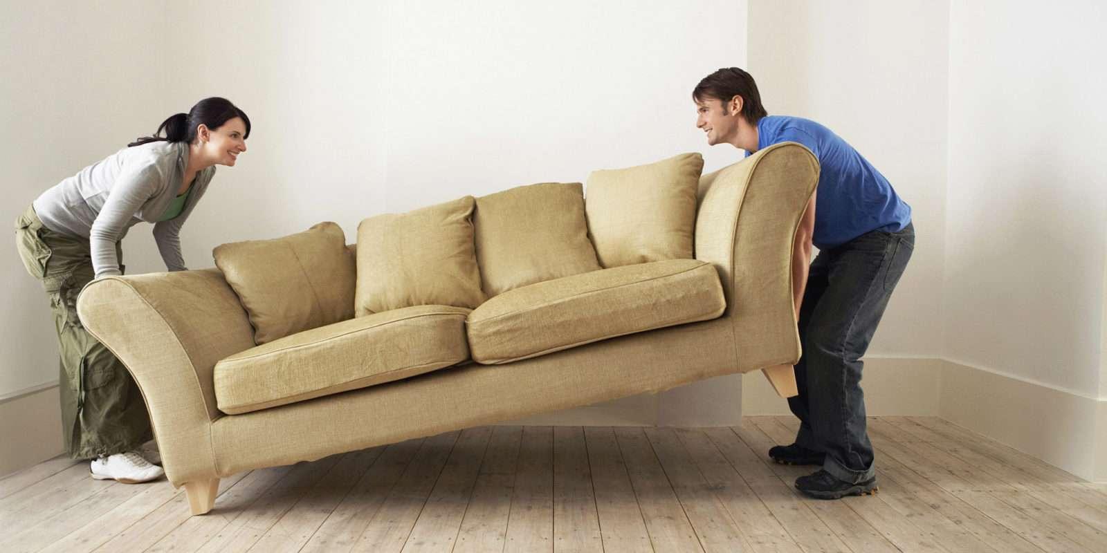 Porter un meuble pendant un déménagement