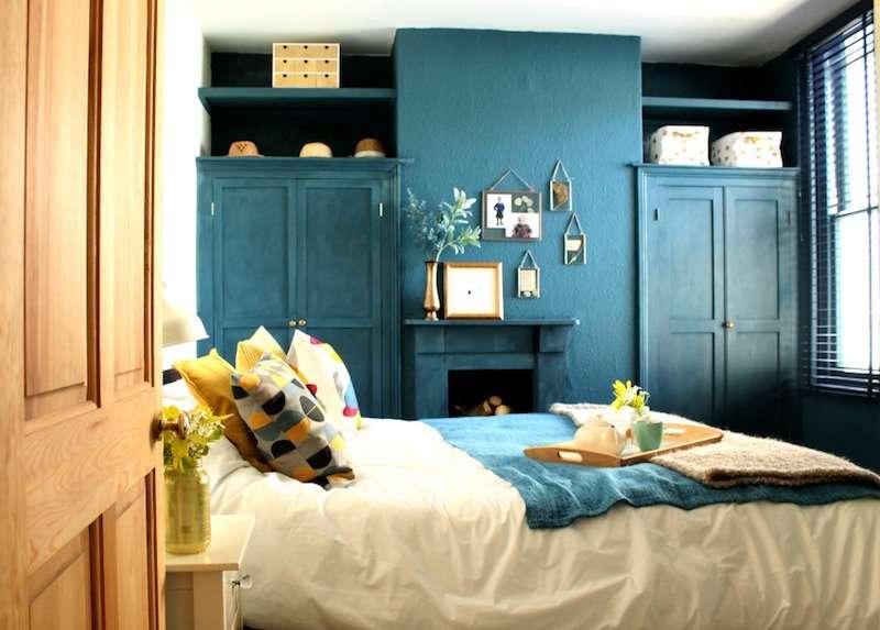 Chambre bleu canard avec du jaune