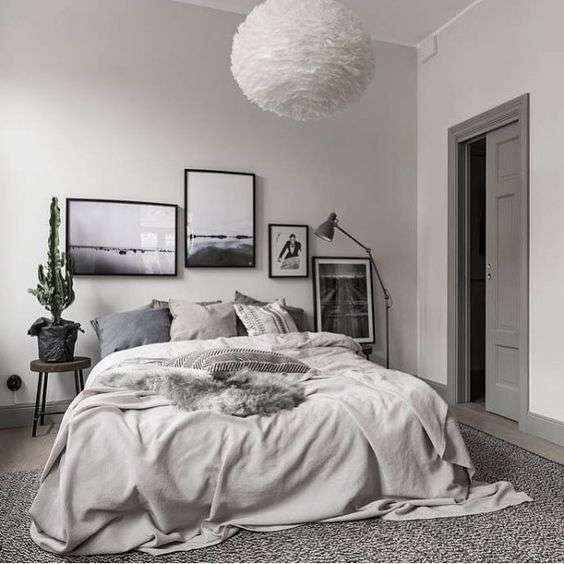 Créer un contraste grâce à des cadres noirs et l'aspect asymétrique de la galerie créent un fort contraste