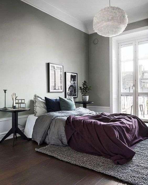 Chambre grise avec literie mauve