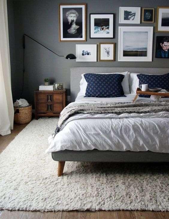 Chambre grise avec des cadres colorés apportant du contraste