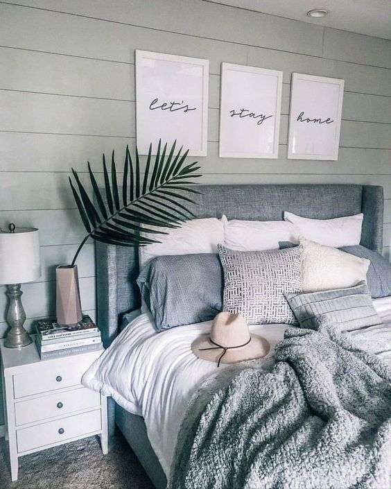 Galerie de citations au-dessus d'une tête de lit