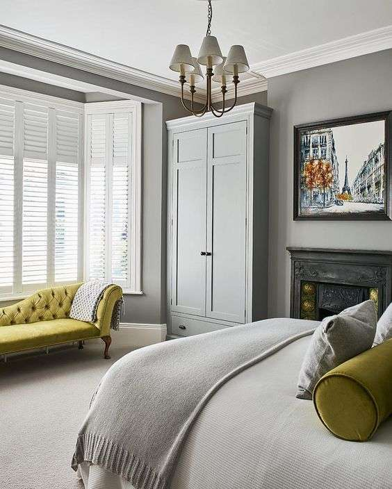 Chambre traditionnelle grise avec touche de jaune