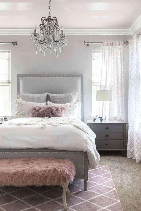 5Une Déco 100% Glamour Avec Une Chambre Grise, De La Fourrure Rose Et Un  Chandelier Imitation Cristal