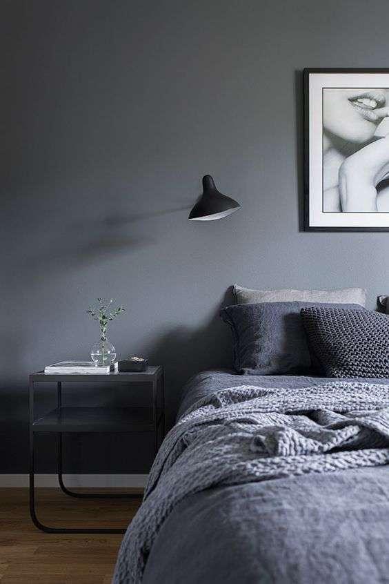 Chambre grise et sombre