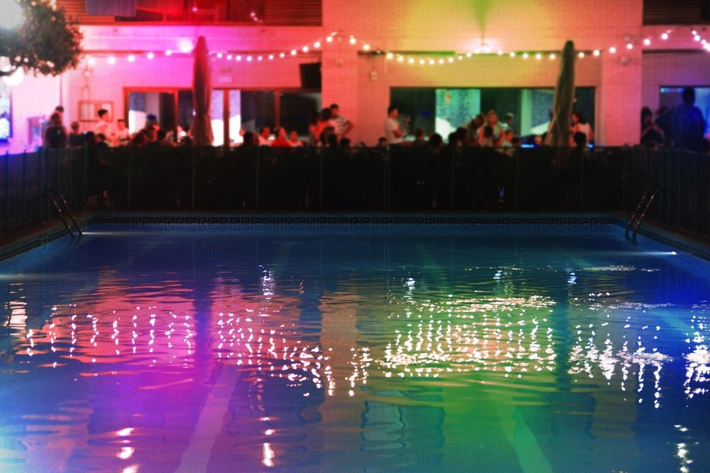 Lumière autour d'une piscine