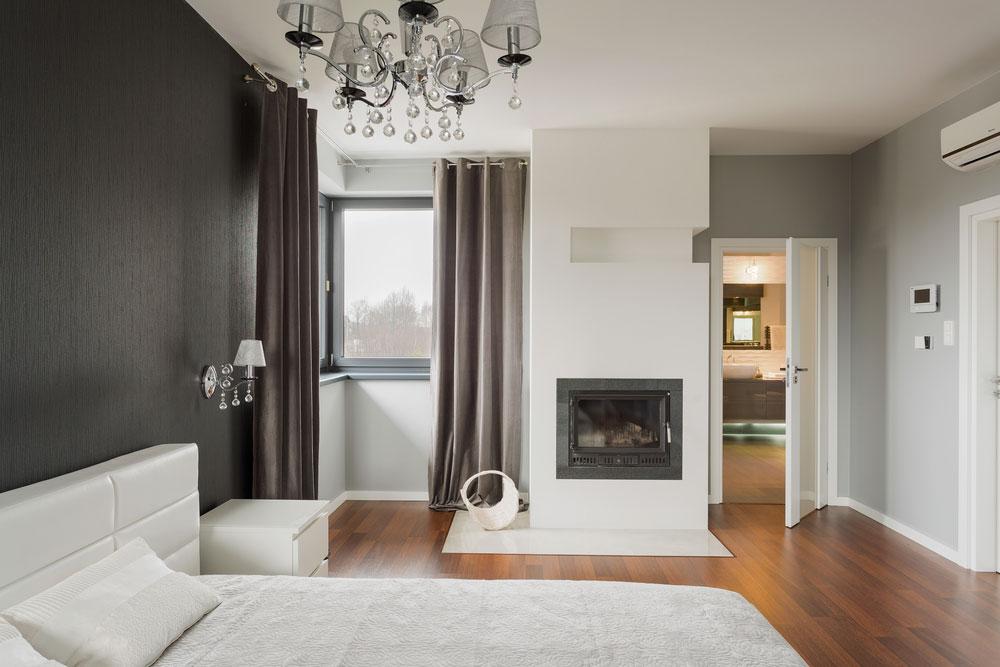 Chambre avec chandelier