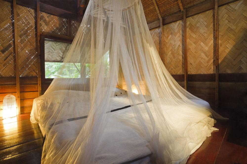 Moustiquaire dans une chambre