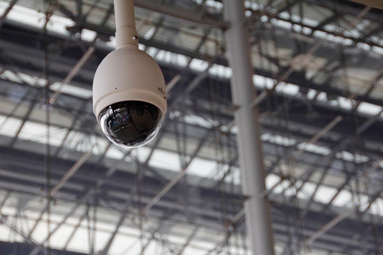 Caméra de surveillance avec un dome