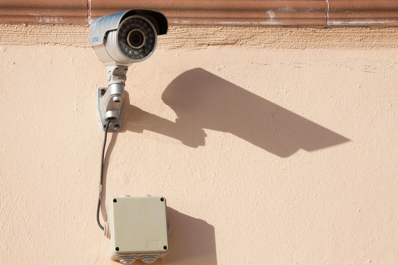 Caméra de surveillance reliée au mur