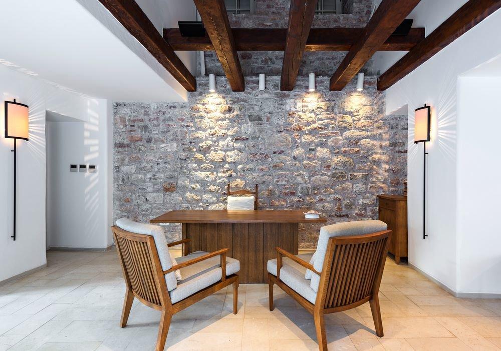 Bureau avec mur en pierre
