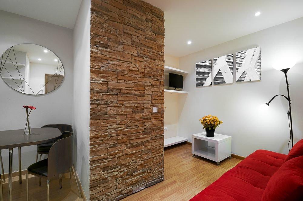 Studio avec murs blancs et pierre