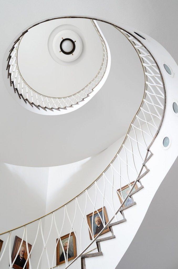 Escalier blanc en spiral