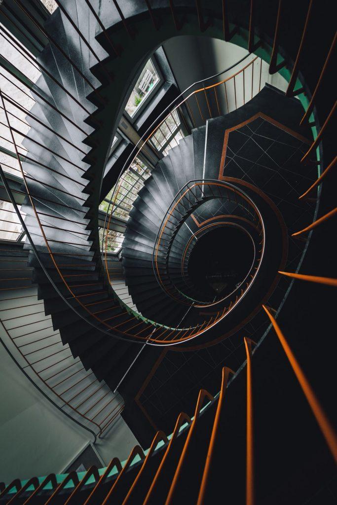 escalier noir moderne