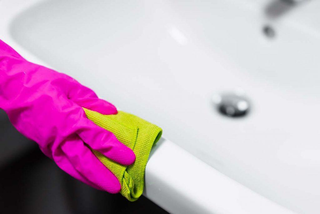 Nettoyer l'évier d'une salle de bain avec une micro-fibre