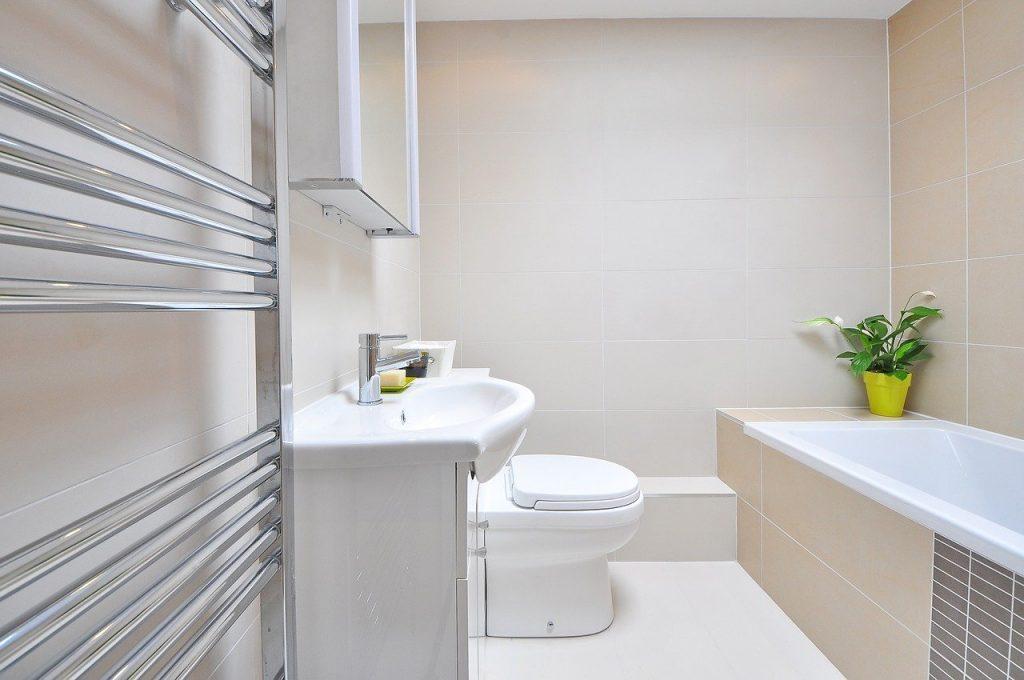 Salle de bain propre et minimaliste