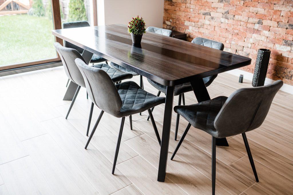 Table en bois avec des pieds épais