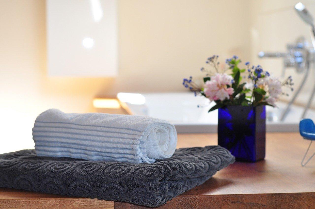 Une décoration de salle de bain avec de jolies serviettes et des fleurs