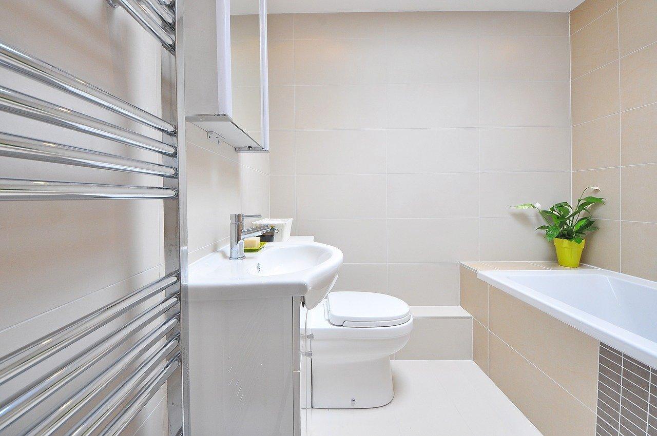 Salle de bain blanche et épurée