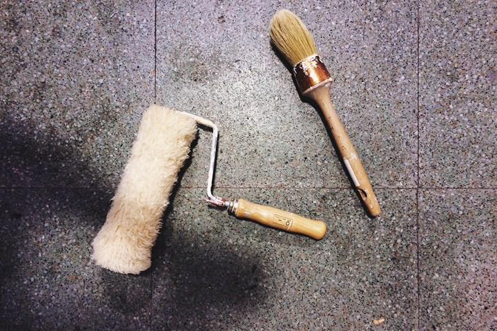 Instruments de peinture sur carrelage