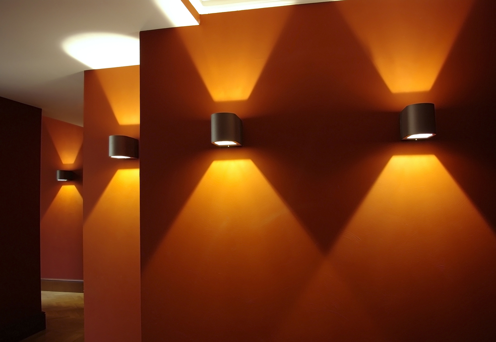 Appliques murales dans un couloir